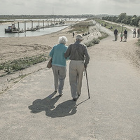 いつまでもラブラブでいたい!手を繋いで歩く夫婦はどのくらいいるの?