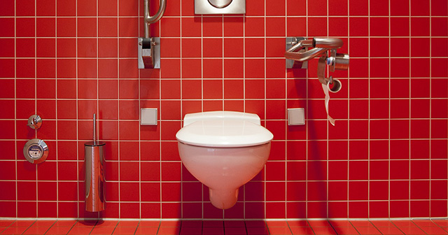 これが現代の男性の姿?男性も座ってトイレをした方がいい!?