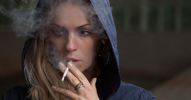「歩きタバコ」と「歩きスマホ」はどっちが悪い?